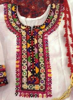 Traditional balochi embroidery on shirt and dupatta of white lawn fabric. Perfect for iftaar parties and casual dinners. Embroidered shirt - Embroidered dupatta - Dm for price and further details. Embroidery On Kurtis, Kurti Embroidery Design, Embroidery Neck Designs, Felt Embroidery, Embroidery Dress, Balochi Dress, Afghan Clothes, Sewing Lace, Pakistani Fashion Casual