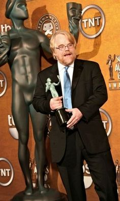 JANUARY Actor Philip Seymour Hoffman with his award for Male Actor in a Leading Role Philip Seymour Hoffman, January 29, Male Celebrities, Fangirl, Photographers, United States, Actors, American, Classic