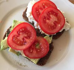 Glutenfri brød med hytteost og avokado toppet med tomat