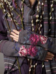 Pattern 'Tamara' Gloves Rowan Knitting and Crochet magazine 48 Knit Mittens, Knitted Gloves, Fingerless Gloves, Rowan Knitting, Knitting Projects, Knitting Patterns, Intarsia Patterns, Magazine Crochet, Knitting Magazine
