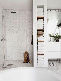 White savvy bathroom towel storage ideas for modern and minimalist bathroom design. Bathroom Towel Storage, Bathroom Shelves, Shower Shelves, Shower Niche, Diy Shower, Shower Ideas, Bad Inspiration, Bathroom Inspiration, Bathroom Layout
