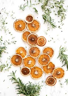 There's nothing better than the smell of dried oranges during the Christmas. They are perfect for garlands or hanging on the Christmas tree. You can even use them for potpourri or gifting! So here's the steps how to dry the oranges in the oven! Dried Orange Slices, Dried Oranges, Dried Fruit, Tranches D'orange, Herb Butter, Medicinal Plants, Kraut, Yule, Potpourri