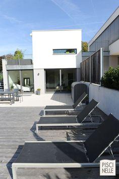 Transats en aluminium qui habillent parfaitement la terasse tout en rappelant la couverture de piscine immergée ainsi que le salon de jardin.