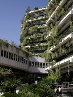 Edifici Banca Catalana in Barcelona, by Fargas & Tous, built in 1978 as a bank headquarters. Abandoned Buildings, Abandoned Places, City Ville, Apocalypse Aesthetic, Building Images, Design Jardin, Brutalist, Green Building, Beautiful Places