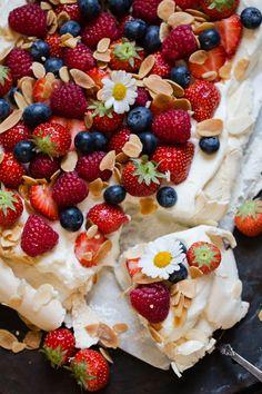 Pavlova i langpanne - Ida Gran Jansen Frisk, Pavlova, Waffles, Food And Drink, Baking, Breakfast, Ethnic Recipes, Sweet, Bread Making