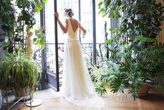 Amarildine - Robes de mariée - Collection 2016 | Modèle : Eloge (robe fluide en crêpe et dentelle de Calais arabesque. Pendentif cristal de Gisèle.B) | Donne-moi ta main - Blog mariage