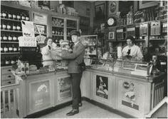 Interieur drogisterij Coöp. ETOS (buitenvestiging) Auteur: Philips Company Archives - 1933 - 1943