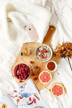Flatlay photography styling ideas | Fruit flat lay photo | Healthy breakfast in bed |