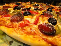 Je crois que je pourrais manger de la pizza tous les jours, un peu comme les pâtes où il y a une multitude de choix pour la garniture! J'ai choisi le chorizo pour le côté piquant mais pas trop et un mélange de poivrons pour la couleur. Un régal tout simplement!...