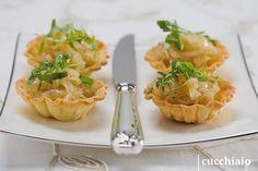 Cestini di cipolle caramellate con insalata di rucola