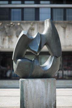 #Ahrensburg Der Bildhauer hat die Form der beiden Vögel so weit abstrahiert, dass nicht ein realistisches Abbild zweier Tiere gezeigt wird, sondern mehr ein flüchtiges Bild. Und doch erkennen selbst ungeübte Augen in der einprägsamen Form schnell das Wesentliche: die eingefrorene Bewegung und den dramatischen Kampf.