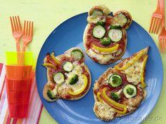 Da lacht wer: So macht es Kindern richtig Spaß, Grünzeug zu essen: Pizza-Gesichter - smarter - mit Gemüse. Kalorien: 405 Kcal | Zeit: 25 min. #kids #pizza #recipes