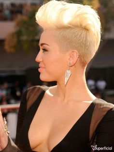 Iroquois cut with transition short undercut blond Miley Cyrus cyrus Kurze Haare Cabelo Miley Cyrus, Miley Cyrus Short Hair, Miley Cyrus Vma, Short Hair Undercut, Undercut Hairstyles, Retro Hairstyles, Short Hair Cuts, Short Hair Styles, Pixie Mohawk
