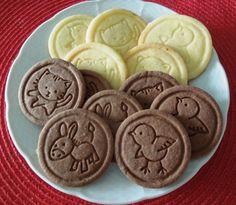 Všetky prísady na jednotlivé druhy sušienok dobre vymiesime a dáme do chladničky aspoň na 2 hodiny. Potom cesto vyvaľkáme na 3-4 mm hrúbku.... Baking Recipes, Cake Recipes, Dessert Recipes, Types Of Pastry, Czech Recipes, Galletas Cookies, Christmas Baking, Christmas Cookies, Nutella
