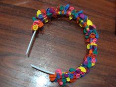 Materiales.-   -1 bolsa de globos pequeños (de los de agua)   - 1 pasada o diadema      Elaboración.- Se van amarrando los globos a la diadema con dos nudos, alternando los colores y la posición de la boquilla. Se ponen muy juntitos para que ...