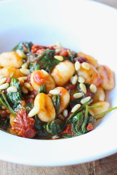 - Gnocchi met Spinazie en zongedroogde Tomaat - Gnocchi with Spinach and Sundried Tomatoes, add chorizo in the pan at start, remove when crispy and add again at the end of cooking Veggie Recipes, Vegetarian Recipes, Dinner Recipes, Healthy Recipes, I Love Food, Good Food, Healthy Cooking, Healthy Eating, Food Goals