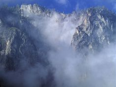 acantilado y nubes