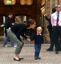 Prince George looking very cute at London's Natural History Museum with Duchess of Cambridge, Kate Middleton. According to reports Prince George was very excited to see the dinosaurs. Kate Middleton Stil, Estilo Kate Middleton, Princesa Kate Middleton, William Y Kate, Prince William And Catherine, Princesa Diana, Herzogin Von Cambridge, Prince George Alexander Louis, Prince And Princess