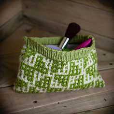 Loom knit make up bag, wallet, wristlet, notions bag. 2 Loom knitting patterns included. Learn mosaic loom knitting.