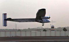 """Das Solarflugzeug """"Solar Impulse 2"""" hebt am Montag vom Two Swiss pilots want to prove, that one can fly round the earth without fuel... Militärflugplatz im Golfemirat Abu Dhabi ab. Zwei Schweizer Piloten wollen beweisen, dass sich die Welt auch ohne Treibstoff umfliegen lässt. (April 2015)"""