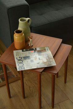 Deze bijzettafels vond ik in Stubbekøbing. Het zijn twee inschuifbare tafeltjes van Deens design. Ze zijn gemaakt van Deens teak. Het blad van het kleinste tafeltje heeft enkele beschadigingen (zie foto). De afmetingen van het grootste tafeltje zijn 46cm (l), 39cm (b) en 43cm (h). De afmetingen van het kleinste tafeltje zijn 38cm (l), 36cm (b) en 42cm (h).