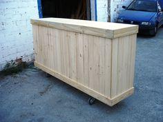 Mostrador hecho de una caja de madera