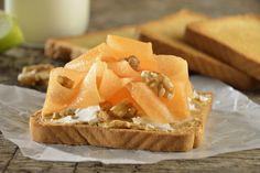Te presentamos una opción de desayuno saludable, lleno de proteína, perfecto para iniciar tú día con un alimento saludable, sabroso y muy nutritivo. La combinación de queso crema, mantequilla de cacahuate, nuez y melón es espectacular.