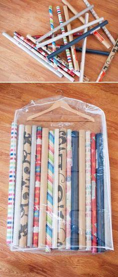 Une super astuce de rangement est d'utiliser une housse vêtements pour ranger les papiers-cadeaux.