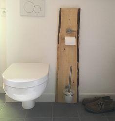 Dieses Schmuckstück ist aus fein geschliffenem Holz und mit silberen, schlichten und stabilen Klopapierhalter und Bürste versehen. Auf Wunsch auch in variierenden Brauntönen und in verschiedenen...
