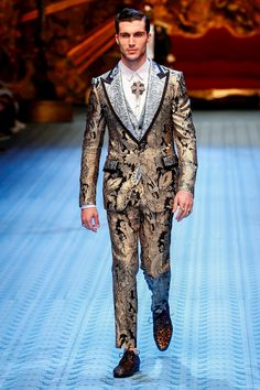 This original supermodel closed the Dolce & Gabbana Men's Show Men Fashion Show, Mens Fashion Suits, Mens Suits, Runway Fashion, High Fashion, Men's Fashion, Tuxedo Styles, Dolce And Gabbana Man, Sustainable Clothing
