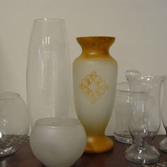 Como fazer vidro jateado - Passo a passo - Arteblog Decoupage, Jar Art, Glass Etching, Etched Glass, Bottles And Jars, Hurricane Glass, Luau, Origami, Vase