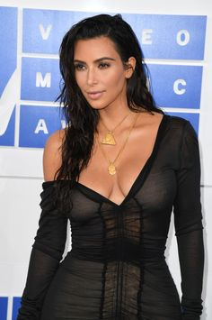 Kim Kardashian no VMA Cabelos com aspecto molhado em alta! Copie com a Pomada Modeladora Avon