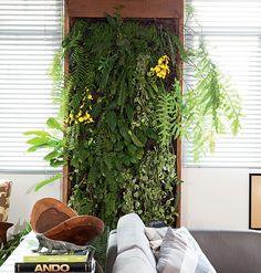 """""""Se você gosta de plantas, mas o apartamento não tem varanda, inspire-se no painel planejado pelo paisagista Gil Fialho, que funciona como um quadro verde na sala. Colocado entre as janelas, ele conta com sistema de drenagem e irrigação."""" Post do site da revista Casa&Jardim"""