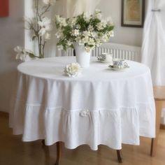 OBRUS OKRĄGŁY LNIANY BIAŁY Fi 200 cm SHABBY Obrus okrągły lniany biały, składający się z dwóch części: koła o średnicy 150 cm zakończonego delikatną wąską bawełnianą koronką i falbany o długości 25 cm po każdej stronie z aplikacjami płatków kwiatów.