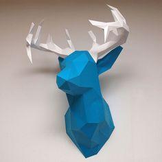 Comment monter une sculpture en papier cartonné ? Les sculptures en papier font un tabac en ce moment. Le meilleur support pour les faire c'est le papier ou le papier type canson. Il n'est pas nécessaire d'utiliser des logiciels 3D compliqués ou de savoir dessiner, mais ca prend du temps et de la patience. Il faut imprimer, découper et coller beaucoup de papier. Voici le PDF à imprimer : http://jan.krummrey.de/wp-content/uploads/2017/03/deer_head_detailed...