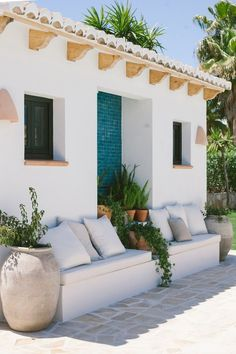 A decoration with a summery and natural spirit - DECO PLANET a homes world - Exterior Design House Design, House, Home, Outdoor Spaces, House Exterior, Exterior Design, Mediterranean Homes, Spanish Style Homes, Vacation Home