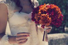 El ramo de novia de María con hortensias deshidratadas  en colores a juego con la corbata y chaleco del novio {Ramo de Gang and the Wool} #bridalbouquet #spain