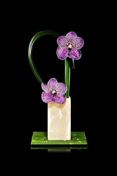 art floral moderne, arrangement dramatique avec orchidées pourpres