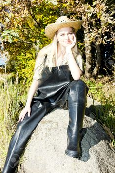 Afbeeldingsresultaat voor girls in rubber waders Thigh High Boots Flat, Garden Boots, Wellies Rain Boots, Rain Gear, Leather Jeans, Wellington Boot, Vintage Boots, Sexy Latex, Latex Girls