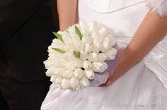 Κομψό νυφικό μπουκέτο από λευκές τουλίπες. #λευκό #τουλίπες #νυφικόμπουκέτο