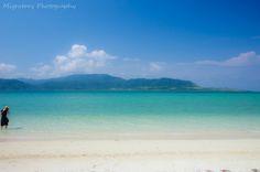 白砂とエメラルドグリーンに輝く海、豊かな自然環境。沖縄の離島「小浜島」には、広大な敷地を有する星野リゾート「リゾナーレ小浜島」があります。一歩足を踏み入れれば、そこには素晴らしい世界が広がり、心地良い風が吹いていることがすぐに実感できるはず。こだわりのゲストルームからビーチ、数種類のプール、夕食や朝食を存分に楽しめるレストラン、また子どもや赤ちゃんとのファミリーでの楽しみ方など「リゾナーレ小浜島」魅力の数々を紹介します。