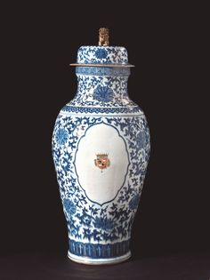 Vase and cover, porcelain and gilding, 18th century China #Chineseart #ceramics #Crowcollection