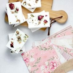 Make soap yourself: Instructions & recipes-Seife selber machen: Anleitung & Rezepte Make soap yourself: Instructions & recipes – [LIVING AT HOME] - Vinyl Ornaments, Teacher Ornaments, Diy Candle Making Kit, Soap Making Kits, Craft Kits, Diy Kits, Budget Wedding Gifts, Soap On A Rope, Diy Presents