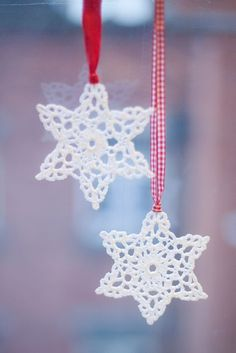 sweet snowflake perfection--pic onlyHmmm, do I have time to replace my papercut snowflakes with these before Christmas.probably not, with a newborn and an almost 4 year-old on my hands!Curating the very best crochet. Crochet Snowflake Pattern, Crochet Stars, Crochet Snowflakes, Crochet Motif, Crochet Flowers, Crochet Patterns, Crochet Christmas Ornaments, Christmas Snowflakes, Christmas Crafts