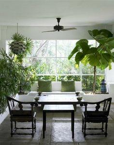 salle à manger décorée avec un jardin d'intérieur