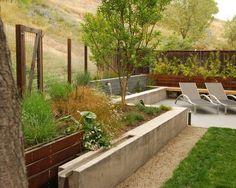 stützmauer im garten-beton holz-selber bauen-sitzgelegenheiten, Garten und erstellen