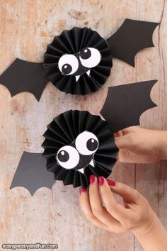 paper projects Make a fun Halloween craft - this paper rosette bat craft is great for both kids and adults alike. A fun and quick Halloween craft idea. Quick Halloween Crafts, Moldes Halloween, Manualidades Halloween, Adornos Halloween, Halloween Tags, Halloween Party Decor, Fall Crafts, Holiday Crafts, Kids Crafts