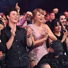 Taylor Swift com Shawn Mendes e Camila Cabello Shawn Taylor, Shawn Mendes Taylor Swift, Shawn Mendes Songs, Taylor Alison Swift, Shawn Mendes Smiling, Taylor Swift Songs, Taylor Swift Smile, Taylor Swift Fan Club, Shawn Mendes Lieder