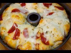 Pizza Monkey Bread - Cooked by Julie Episode 208 2 cans pillsbury buttermilk biscuits 2 cups mozzarella cheese 3 tbsp olive oil cup pepperoni 1 tsp parsley flakes 1 tsp oregano tsp red pepper flakes *optional* 2 cloves garlic minced Pull Apart Pizza, Cheesy Pull Apart Bread, Pizza Recipes, Bread Recipes, Dessert Recipes, Desserts, Cheese Stuffed Mushrooms, Stuffed Peppers, Pizza Monkey Bread