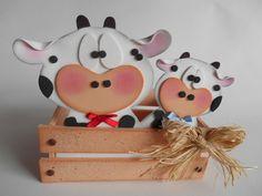 Centros de mesa con animales y arreglos animal print más originales Foam Crafts, Wooden Crafts, Paper Crafts, Barnyard Party, Farm Party, Cute Crafts, Diy And Crafts, Cow Craft, Carnival Crafts